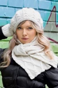 Baskenmütze und Schal mit Zopfmuster