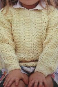 Gelber Kinderpullover