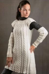 Weißes Kleid und Armstulpen