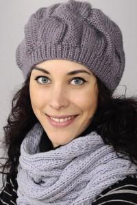 Mütze mit breiten Zöpfen