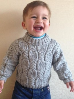 Baby Pulllover mit Perl-Zopfmuster