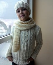 Kinderpullover, Mütze und Schal